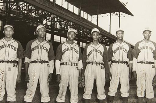 Kansas City Monarchs players posing for picture